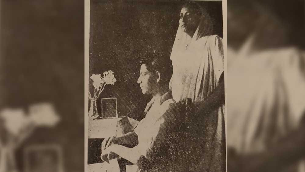 প্রথমটি 'সেলফি' নাম পাওয়ার আগে। সত্যজিৎ রায়ের তোলা নিজস্বী তাঁর মায়ের সঙ্গে। ছবির বিবরণে সত্যজিৎ লিখেছিলেন, 'মা আর আমি। ক্যামেরার শাটারের সঙ্গে সুতো বেঁধে টান দিয়ে আমিই তুলেছিলাম ছবিটা।'
