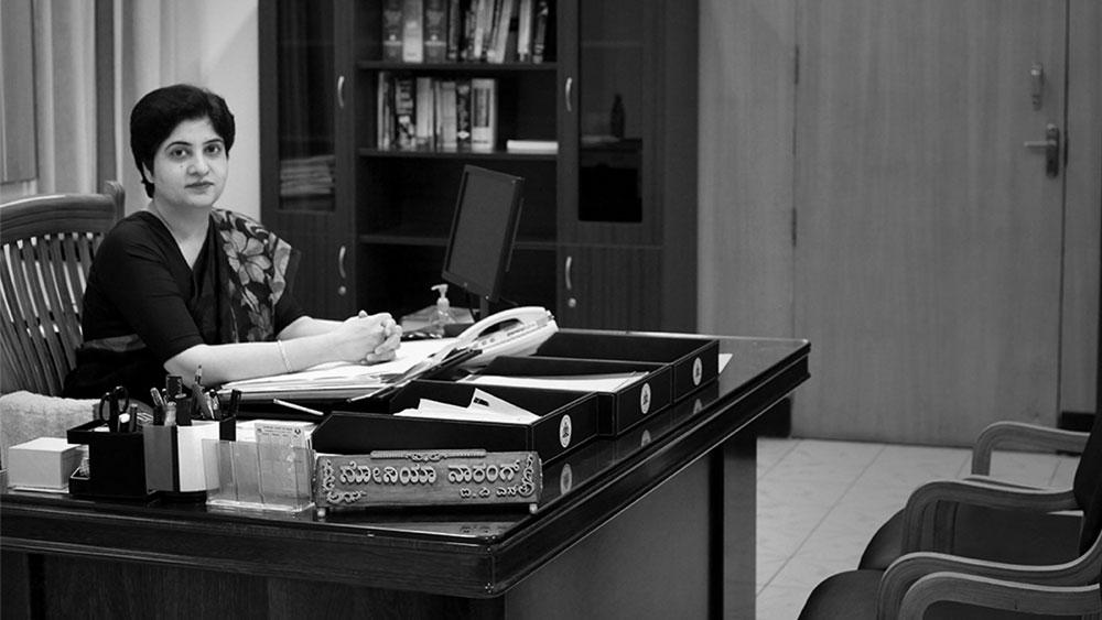 এই একটি ঘটনাই গোটা দেশে পরিচিতি এনে দেয় ওই মহিলা আইপিএসকে। তাঁর নাম সনিয়া নারং। যদিও পুলিশ মহল তাঁকে চেনে 'আয়রন লেডি' নামে।