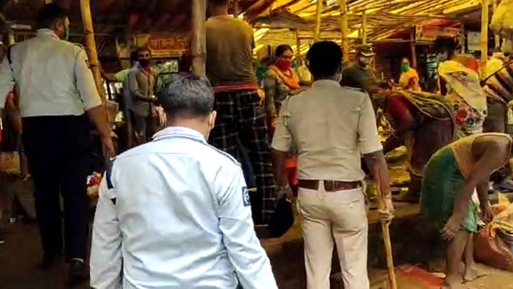 বারাসতের বাজারে পুলিশের নজরদারি।