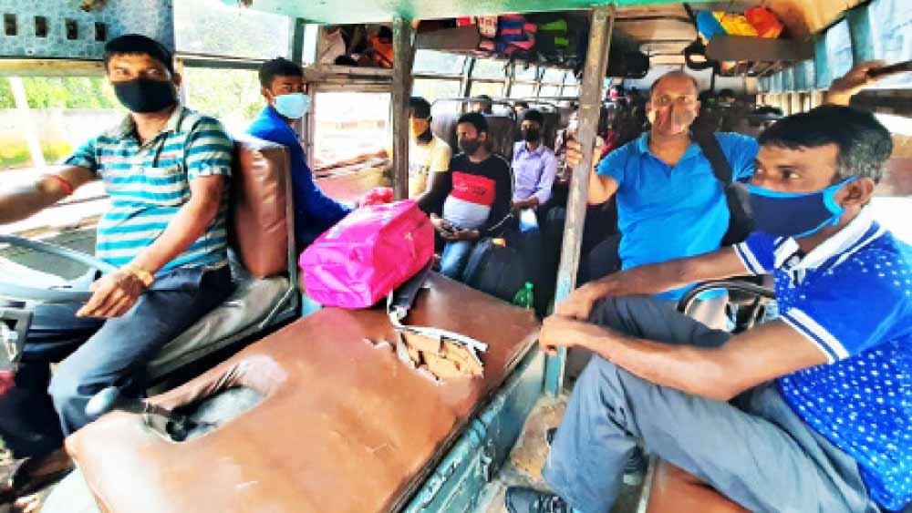 বাস ভাড়া করে কলকাতার পথে পরিযায়ী শ্রমিকেরা। সেখান থেকে যাবেন ভিন রাজ্যে।