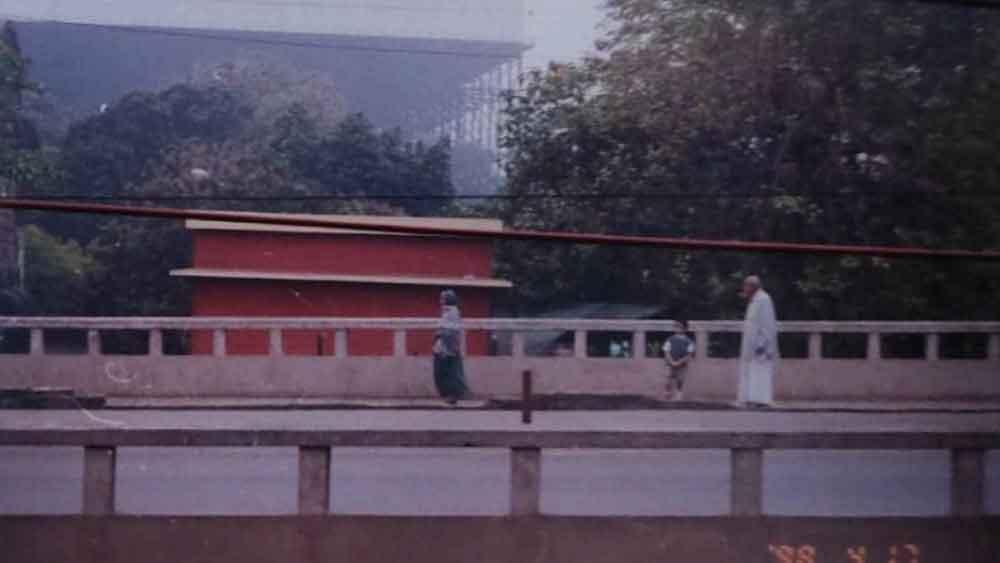 ২০০৮ সাল। টালা সেতুতে দাদু দ্বারিকানাথের সঙ্গে ছোট্ট অর্ঘ্য।
