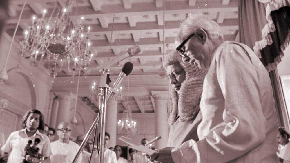 ২১ জুন, ১৯৭৭। মুখ্যমন্ত্রী হিসাবে শপথ নিচ্ছেন জ্যোতি বসু