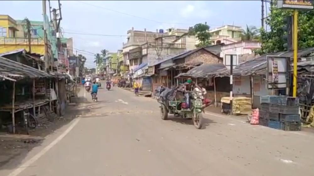ভবানীপুর থানার ব্রজলালচকে লকডাউনে বন্ধ দোকানপাট।