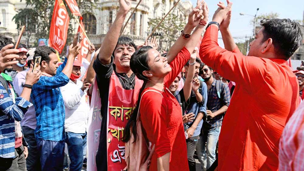 উল্লাস: মিছিলে 'টুম্পা' গানের সঙ্গে চলছে নাচ। রবিবার, ধর্মতলায়।  ছবি: সুদীপ্ত ভৌমিক