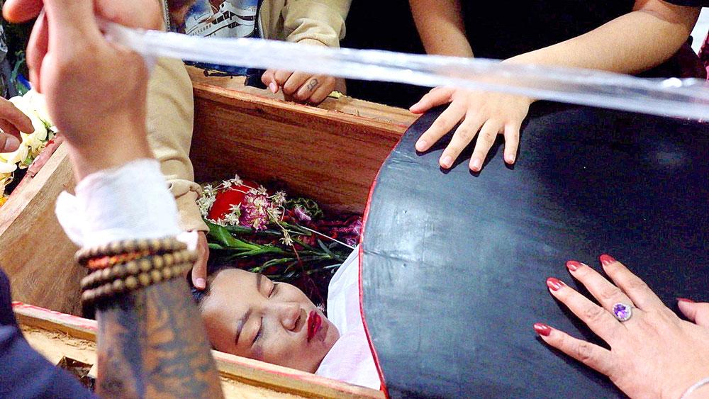 কফিনে শায়িত এঞ্জেলের দেহ। বৃহস্পতিবার ম্যান্ডালে-তে।