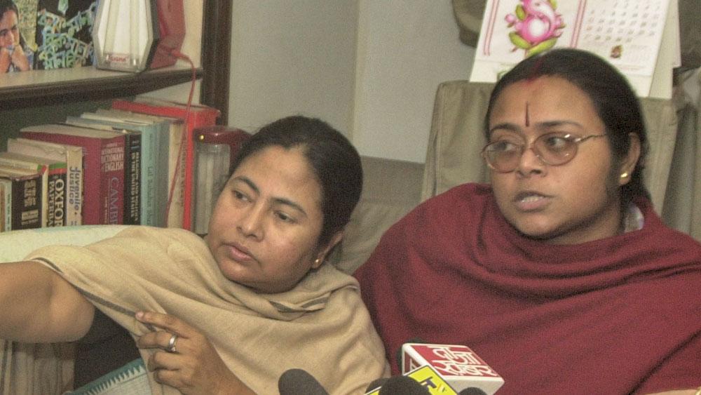 মমতা বন্দ্যোপাধ্যায় ও  সোনালি গুহ। ২০০২ সাল।