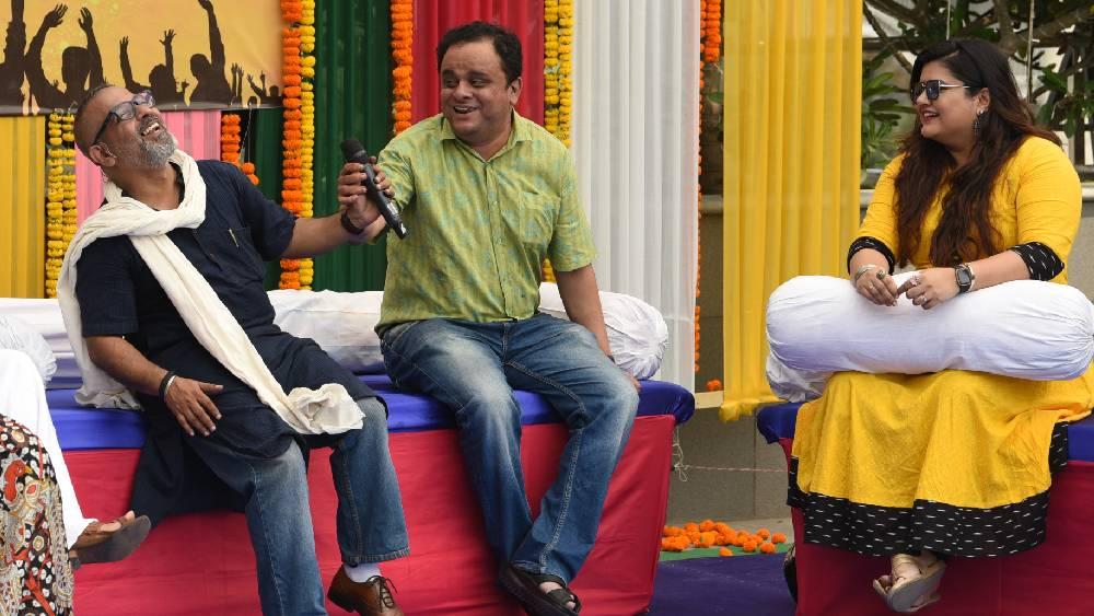 উৎসবের রঙে রঙিন মন্ত্রী ব্রাত্য বসু। দিল্লি থেকে ফিরেই সোজা নোভোতেলের আসরে।