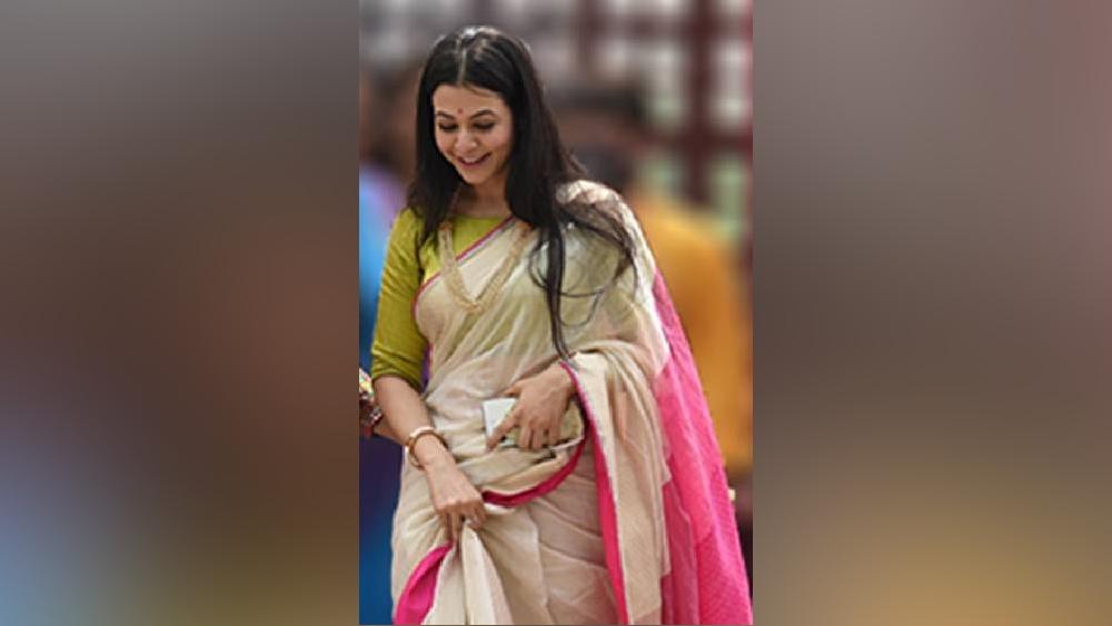 আনন্দ উৎসবে সামিল অভিনেত্রী কোয়েল মল্লিকও।  দীর্ঘদিন পর সকলকে একসঙ্গে দেখে হাসি অভিনেত্রীর মুখে।