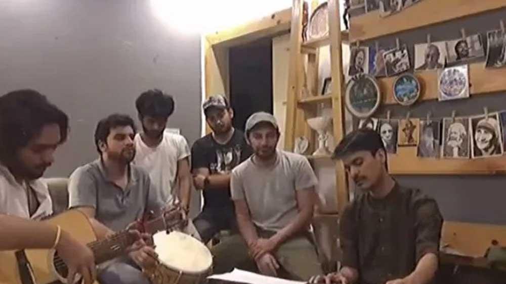 গান গাইছেন পাকিস্তানের শিল্পীরা।