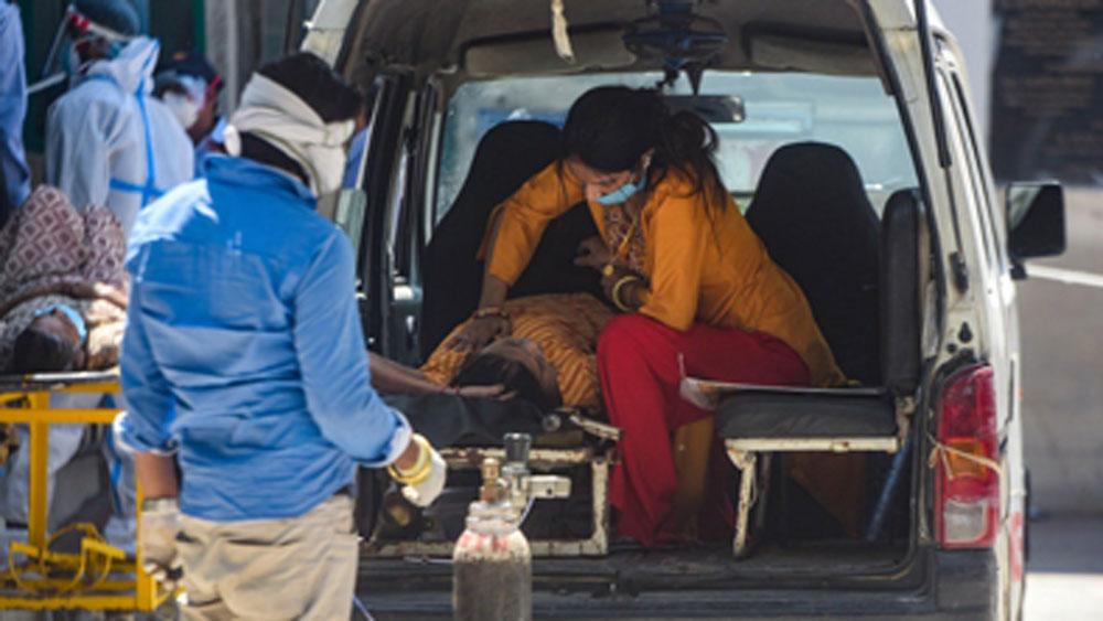 হাসপাতালে ঠাঁই মেলেনি। অ্যাম্বুল্যান্সের বিছানাই ভরসা তাঁর। পাশে বসে সেবা করছেন পরিজন। ছবিটি চিত্র সাংবাদিক অমল কে সুধীরের তোলা।