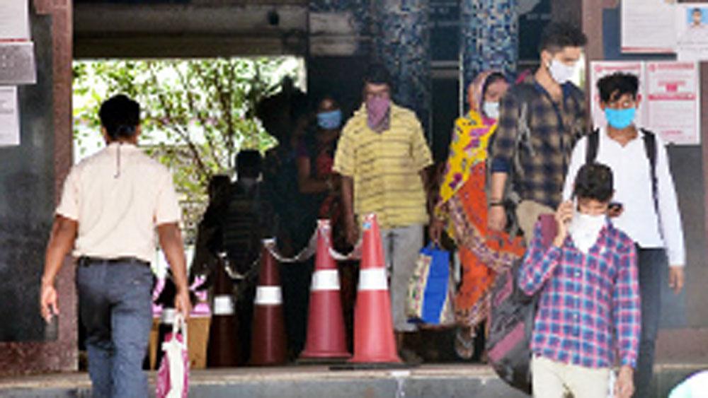 বুধবারের ব্যস্ত পাঁশকুড়া স্টেশন। দাবি, এই ব্যস্ততাই কমবে লোকাল ট্রেন বন্ধ হলে।