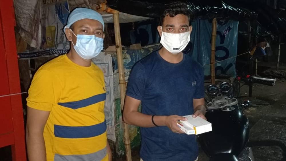 COVID Help: ওষুধ থেকে ইঞ্জেকশন, কোভিড রোগীদের প্রয়োজনে ব্যবস্থা করছেন সিউড়ির প্রিয়নীল-হাসানরা