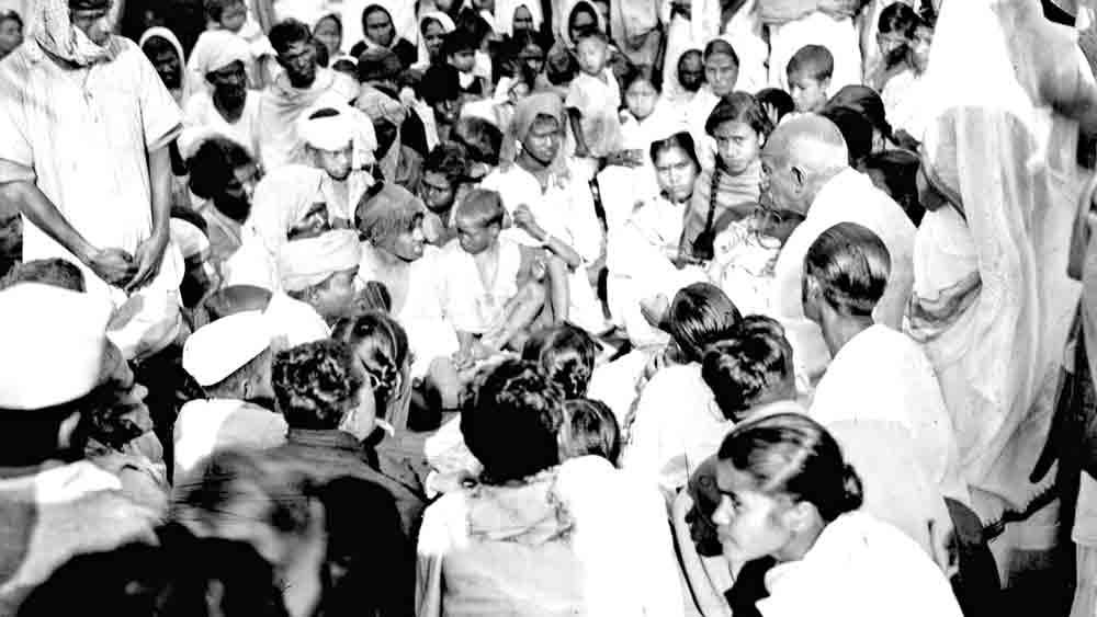 আত্মজন: গুয়াহাটিতে হরিজনদের সঙ্গে আলোচনায় মোহনদাস কর্মচন্দ গাঁধী