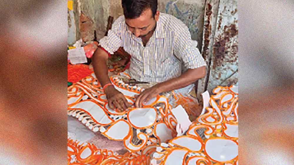 ব্যস্ত শিল্পী। রঘুনাথপুরের পুরাতন বাজারে।