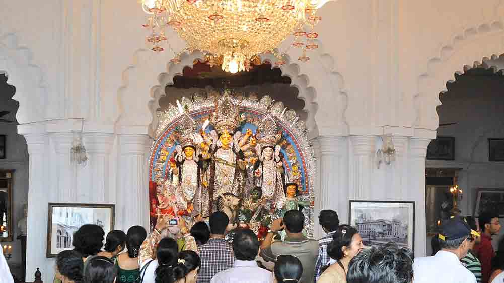 ঐতিহ্য: শোভাবাজার রাজবাড়ির সাবেক দুর্গাপ্রতিমা। পুজোর প্রচলন করেন রাজা নবকৃষ্ণ দেব।