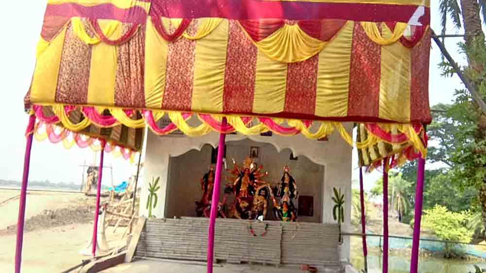 অনুজ্জ্বল: বাইনাড়া গ্রামের তালতলাপাড়ার পুজো। নিজস্ব চিত্র