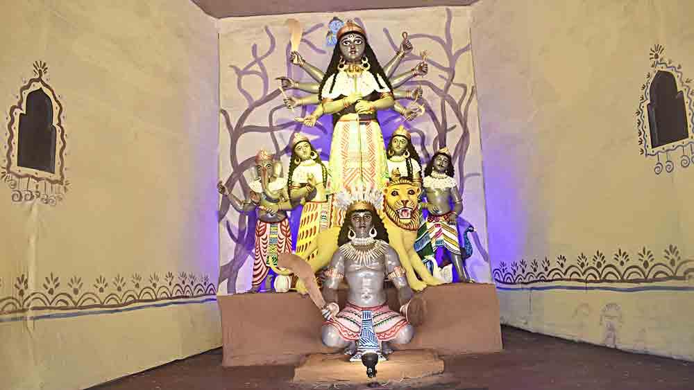 মূর্তিতে আদিবাসী সংস্কৃতির ছোঁয়া। বিষ্ণুপুর আঁইশবাজার সর্বজনীন দুর্গোৎসবে।
