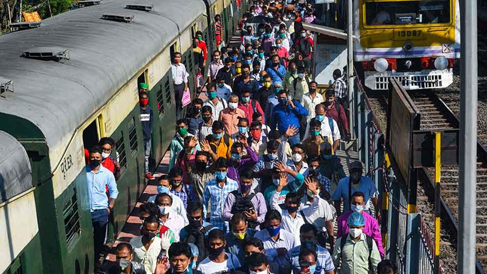 বিধাননগর স্টেশনে যাত্রীদের ভিড়।