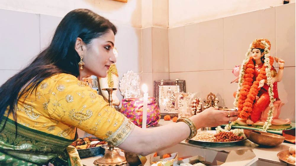 Laxmi Puja 2021: যাঃ! ঘরের সামনে আঁকা দেবীর পা মুছে গেল, লক্ষ্মী আসবেন তো?