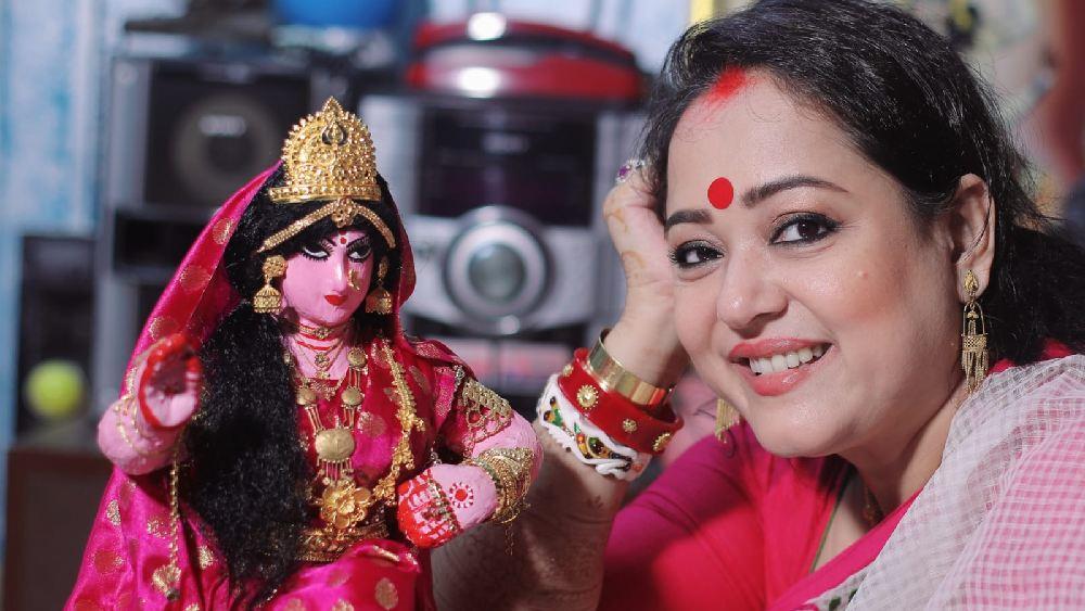Laxmi Puja 2021: আড়ম্বরহীন পুজোয় ঘরের লক্ষ্মীকে নিজের হাতে সাজালেন অপরাজিতা আঢ্য, দেখুন ছবি