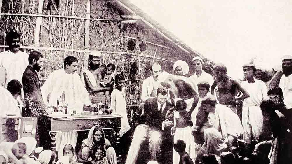 রক্ষাকবচ: ১৮৯৪ সালে কলকাতায় কলেরা ঠেকাতে টিকাকরণ।