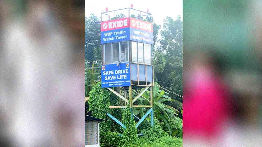 ঝোপ-জঙ্গলে ঢেকেছে নজর মিনার (উপরে)। অকেজো সিসি ক্যামেরাও।