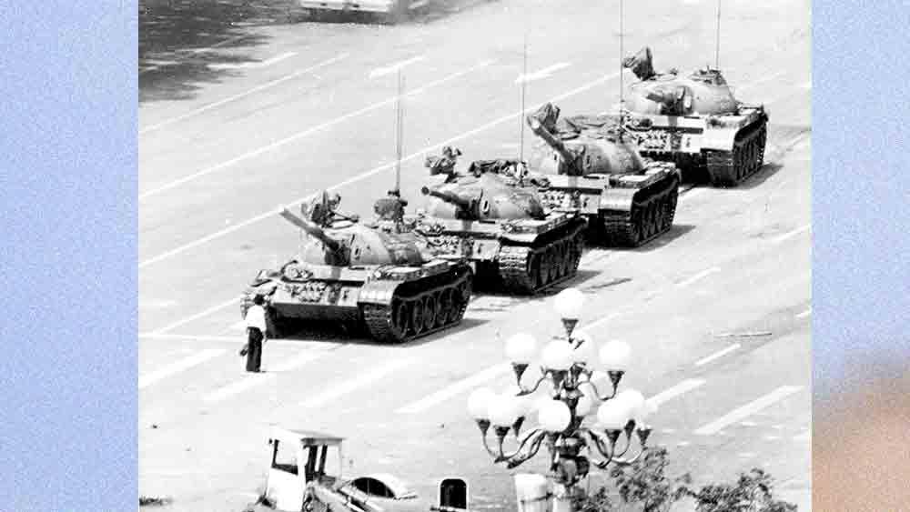 দুর্বার: নিজের নাগরিকদের বিরুদ্ধেও ট্যাঙ্ক নামিয়েছিল চিন। তিয়েনআনমেন স্কোয়্যার, ৫ জুন, ১৯৮৯।