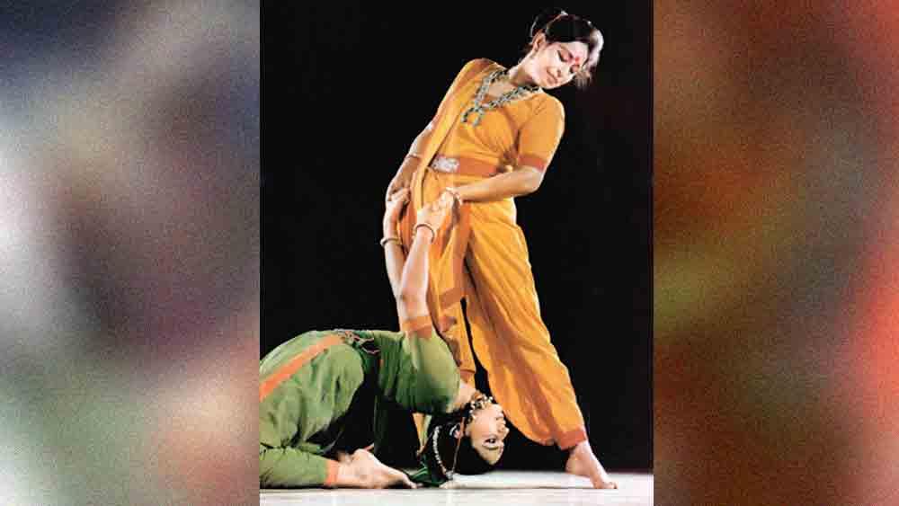 সৃজনশিল্পী: নৃত্যমঞ্চে মঞ্জুশ্রী চাকী সরকার (দাঁড়িয়ে) ও রঞ্জাবতী সরকার (নীচে)।