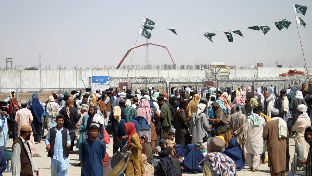 দেশ ছেড়ে পালানোর জন্য পাকিস্তান সীমান্তে আফগানদের ভিড়।