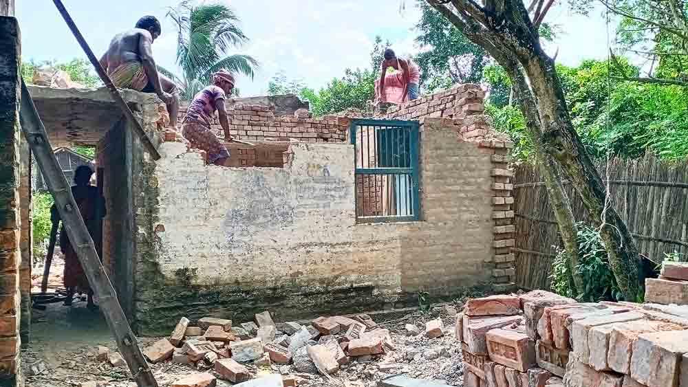 সম্বল: ভাঙনের আতঙ্কে পাকা ঘর ভাঙা চলছে মালদহের বীরনগরের রবিদাস পাড়ায়। মঙ্গলবার।