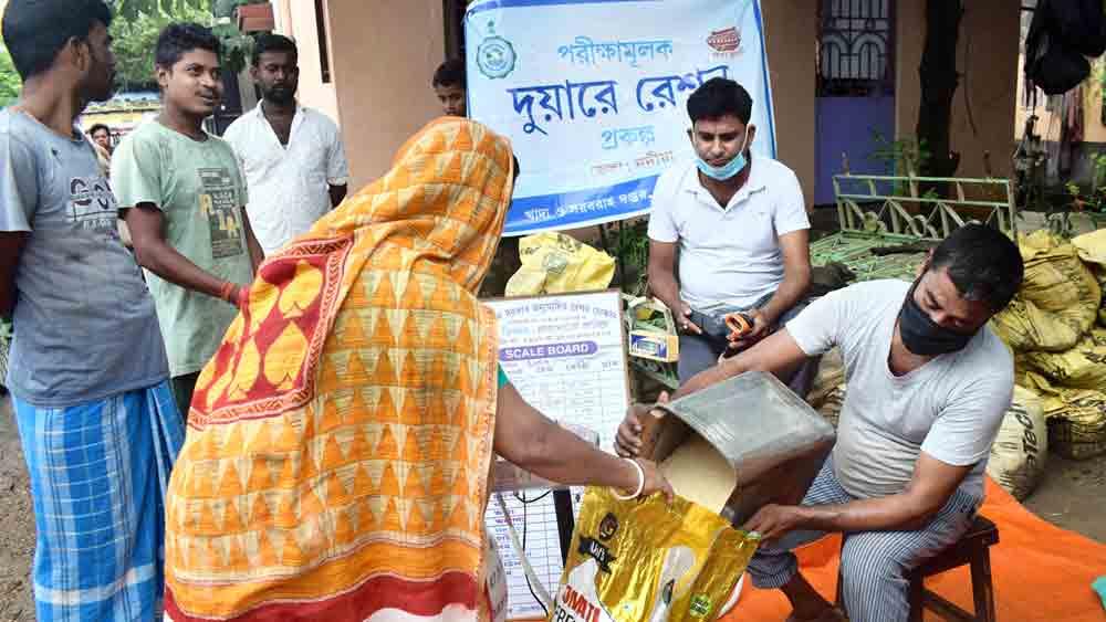 দুয়ারে রেশন প্রকল্পে বিলি সামগ্রী। বুধবার শান্তিপুরে। নিজস্ব চিত্র