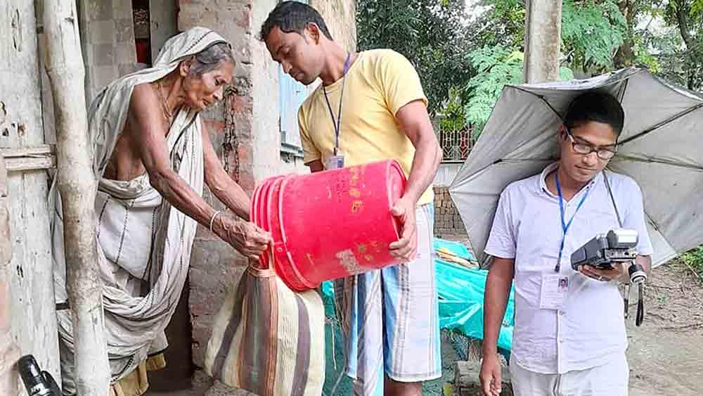 হিঙ্গলগঞ্জে দুয়ারে রেশন প্রকল্পে কাজ চলছে। ছবি: নবেন্দু ঘোষ