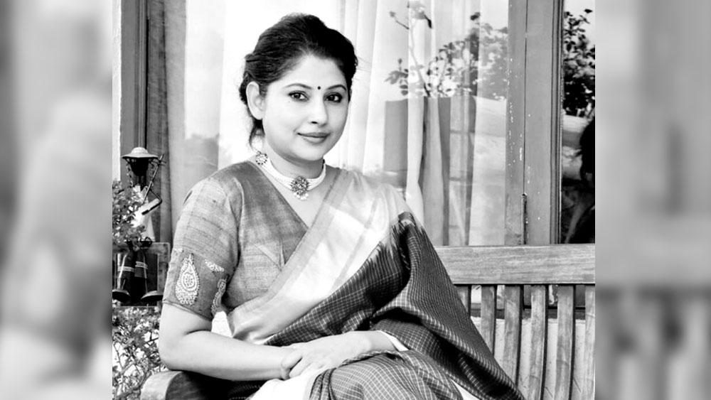 'ভাল' নাম স্মিতা সভরবাল। স্মিতা বাঙালি কন্যা। পশ্চিমবঙ্গের দার্জিলিঙে জন্ম। বাবা-মা দু'জনেই বাঙালি। তবে বাঙালি পরিবারে বড় হলেও স্মিতা বাংলায় থেকেছেন কম।