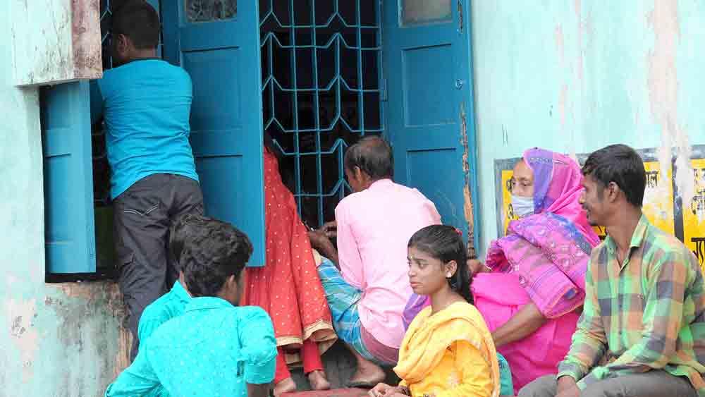 সিউড়ির হাসপাতালে শিশু বিভাগের জানলায় রোগীর আত্মীয়দের ভিড়। নিজস্ব চিত্র