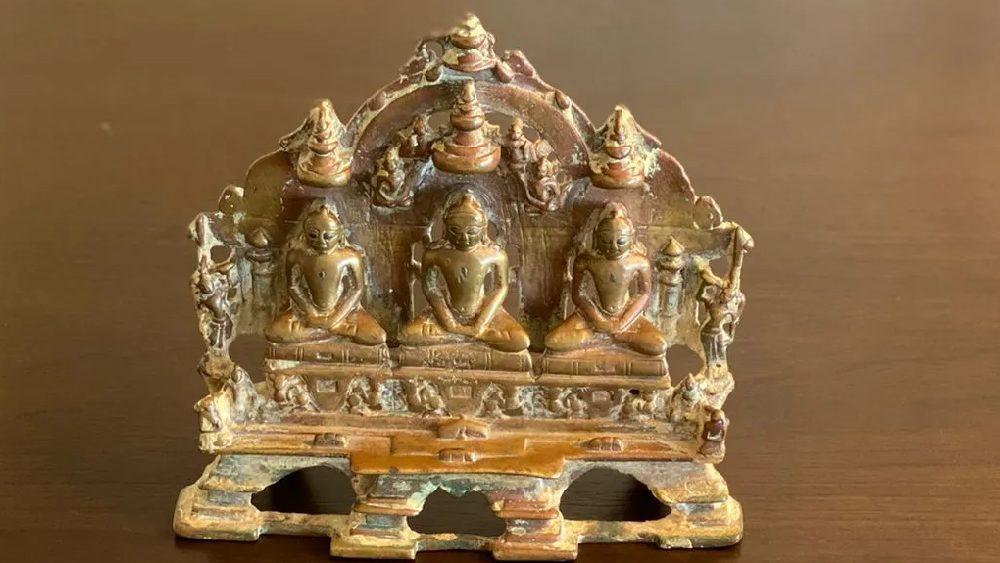 বৌদ্ধ এবং জৈন প্রত্নতাত্ত্বিক শিল্পকর্মগুলির মধ্যে উল্লেখ করা যেতে পারে বুদ্ধমূর্তি, বোধিসত্ত্ব, মঞ্জুশ্রী ও তারার ভাস্কর্য। এর মধ্যে সপ্তম শতাব্দীতে বালি পাথরে তৈরি একটি বুদ্ধমূর্তি আছে। এখানে অবশ্য বুদ্ধ উপবিষ্ট ভঙ্গিমায়। তবে ধ্যানমগ্ন নন। এক হাত হাঁটুতে রেখে অন্য হাতে অভয় দান করছেন।  এ ছাড়া জৈন ধর্মের ২৪ জন জৈন তীর্থঙ্করের মূর্তি, পদ্মাসনে বসা তীর্থঙ্কর এবং পঞ্চাদশ শতাব্দীতে ব্রোঞ্জের তৈরি তিন তীর্থঙ্করের পাশাপাশি বসে থাকার একটি ভাস্কর্যও রয়েছে।