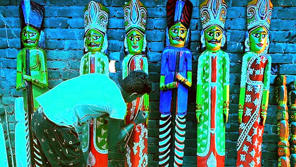 বর্ধমানের নতুনগ্রামের শিল্পীদের তৈরি কাঠের পুতুল দিয়েই সাজবে শহরের একটি মণ্ডপ।