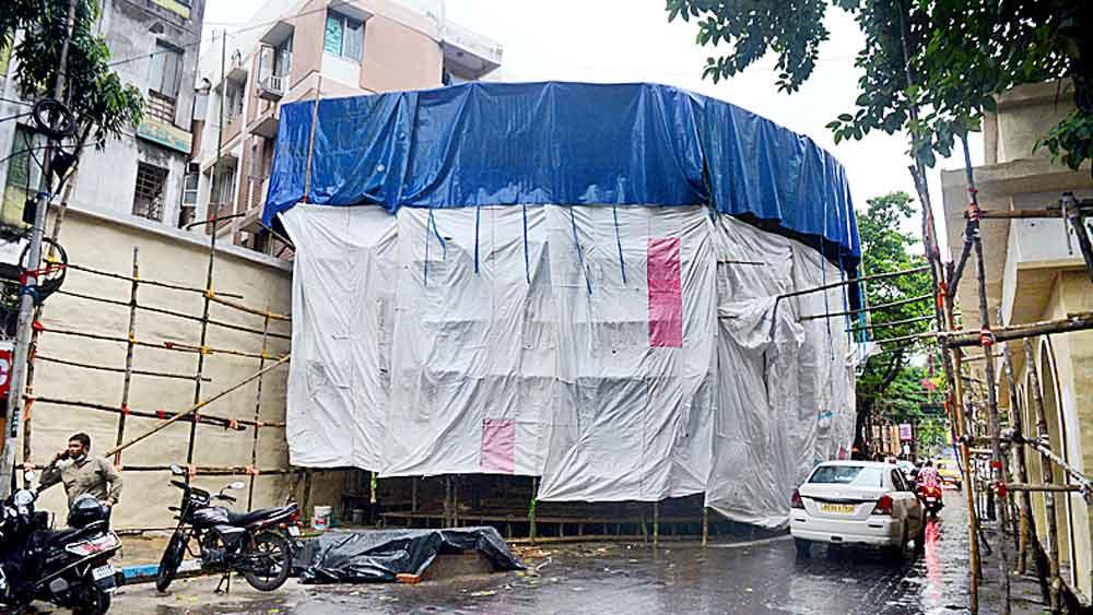 সতর্কতা: দুর্যোগের ভয়ে ঢাকা দিয়ে রাখা হয়েছে বালিগঞ্জ কালচারালের পুজো মণ্ডপ। মঙ্গলবার, দক্ষিণ কলকাতায়।