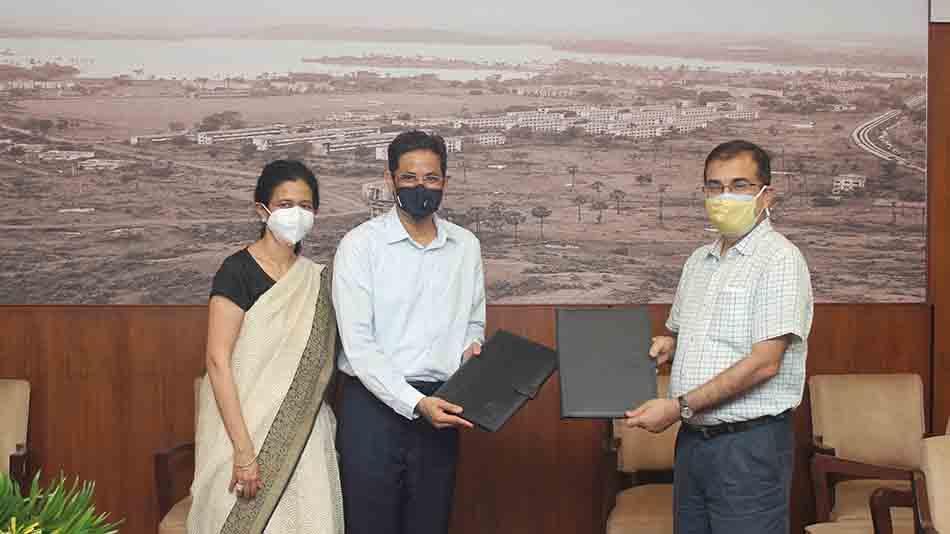 Rekha Koita and Rizwan Koita with IIT Bombay director, Subhasis Chaudhuri while signing the agreement. Image Source: IIT Bombay