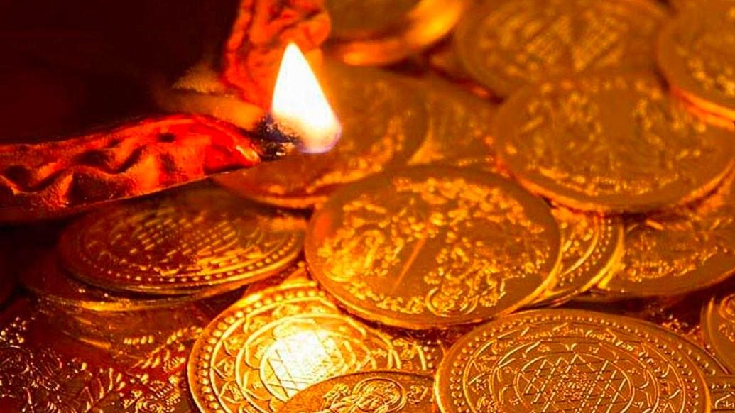 ধনতেরাস পরিচিত- 'ধনাত্রয়োদশী'বা'ধনবত্রী ত্রয়োদশী'নামে।'ধন'শব্দের অর্থ'সম্পদ'এবং'তেরাস'শব্দের অর্থ'ত্রয়োদশী'অর্থাৎ তেরো।হিন্দু ক্যালেন্ডার অনুযায়ী কার্তিক মাসের তেরোতম দিনে, অর্থাৎ কৃষ্ণপক্ষের ত্রয়োদশ তিথিতে এই উৎসব পালিত হয় ঘরে ঘরে।