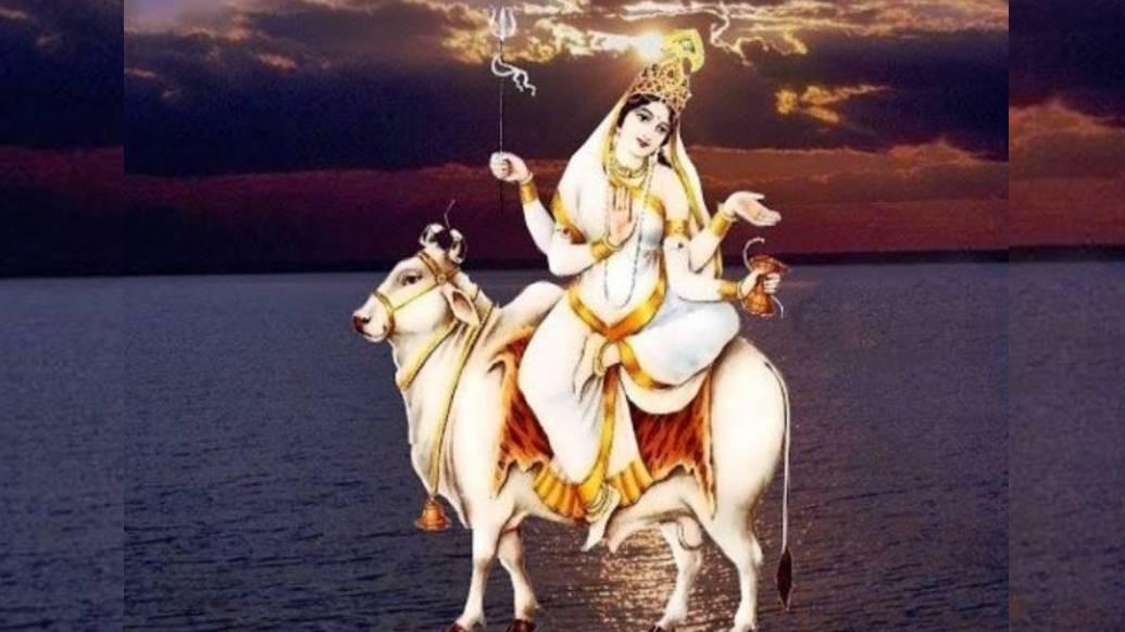 নবরাত্রির অষ্টম দিনে দুর্গা পূজিতা হন মহাগৌরী রূপে। তিনি শ্বেতবর্ণা। তাই তাঁর নাম 'মহাগৌরী'।