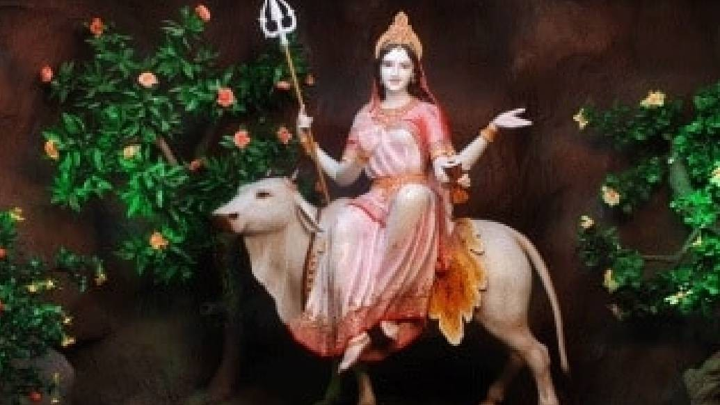 চতুর্ভুজা দেবীর ডান দিকের একটি হাতে থাকে অভয়মুদ্রা। অন্য হাতে তিনি ধরে থাকেন ত্রিশূল।