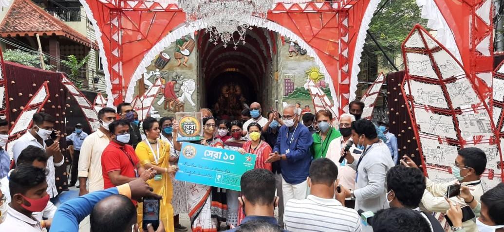 দমদম পার্ক ভারত চক্র ক্লাব দুর্গোৎসব কমিটির হাতে 'উৎসবের সেরা স্টার'-এর পুরস্কার তুলে দিচ্ছে স্টার জলসা