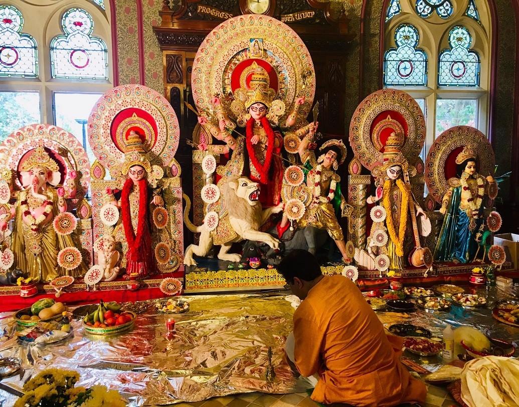 লন্ডন শারদ উৎসবের দুর্গাপুজো এ বছর ১১-য় পা দিল। ৫০টি পরিবার মিলে এই পুজো আয়োজন করেন। প্লাস্টিক বর্জনের বার্তা দিতে এ বছর 'গ্রিন দুর্গাপুজো' করছে তারা।