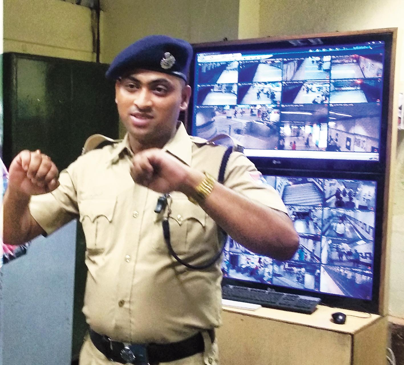 RPF jawan Bidyut Das demonstrates how the passenger tried to prise open the door of the Metro train.