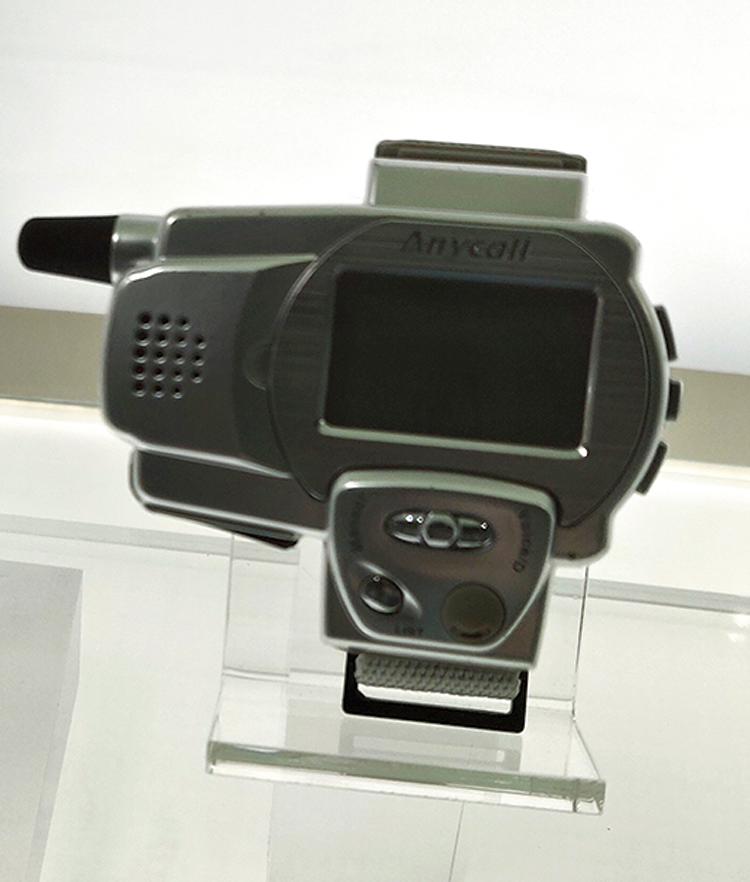 SPH-WP10 Watch Phone: This is the world's first watch phone. The number of buttons was minimised with dial-type control and it only weighed 39g by using smaller components