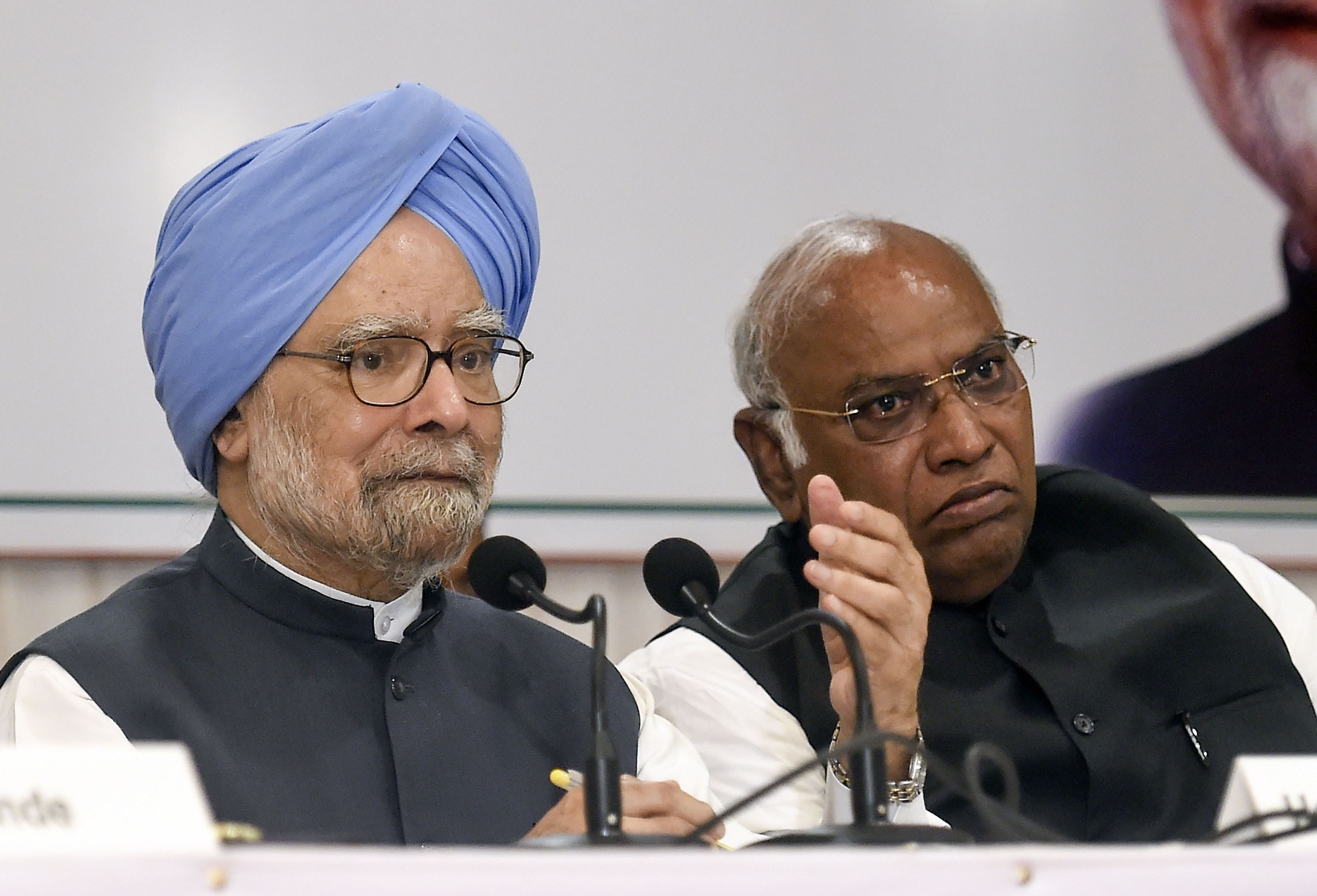 Senior Congress leader and former Prime Minister Manmohan Singh, along with party leader Mallikarjun Kharge, addresses a press conference, in Mumbai on Thursday, October 17, 2019