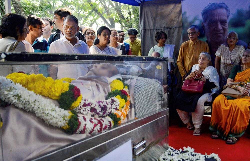 Relatives and friends pay their last respects to the mortal remains of veteran actor Shreeram Lagoo in Pune on December 20
