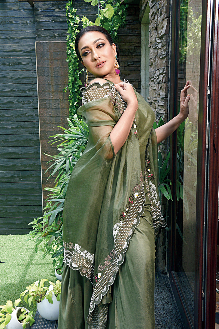 This olive green Indo-western outfit with an embroidered organza drape, was our favourite out of all the looks. Paired with earrings in contrasting shades and a low bun, this spelt understated glam.