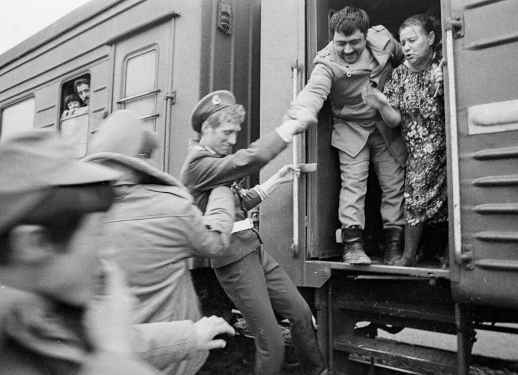 In this photo taken on February 15, 1989, Soviet Army soldiers help each other catch a train home after crossing a bridge on the border between Afghanistan and then Soviet Uzbekistan near the Uzbek town of Termez, Uzbekistan. Just like the ongoing Russian campaign in Syria, the Afghan war is widely perceived as a legitimate action against US-backed militants.