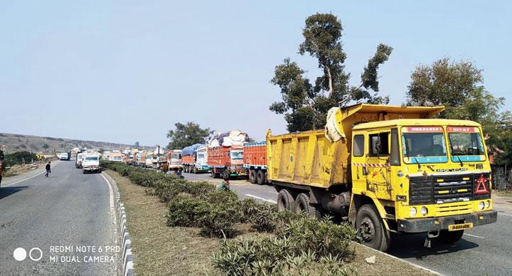 A traffic jam on the NH-33 near Kujju Ghati